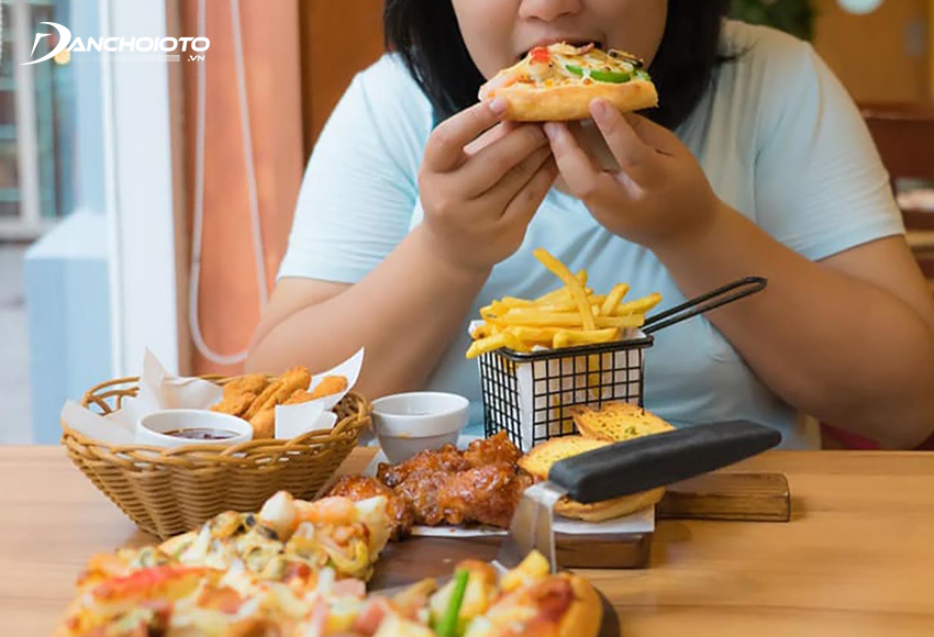 Để tránh say xe, trước khi khởi hành nên hạn chế ăn no, không dùng thức uống có ga, thực phẩm giàu chất béo