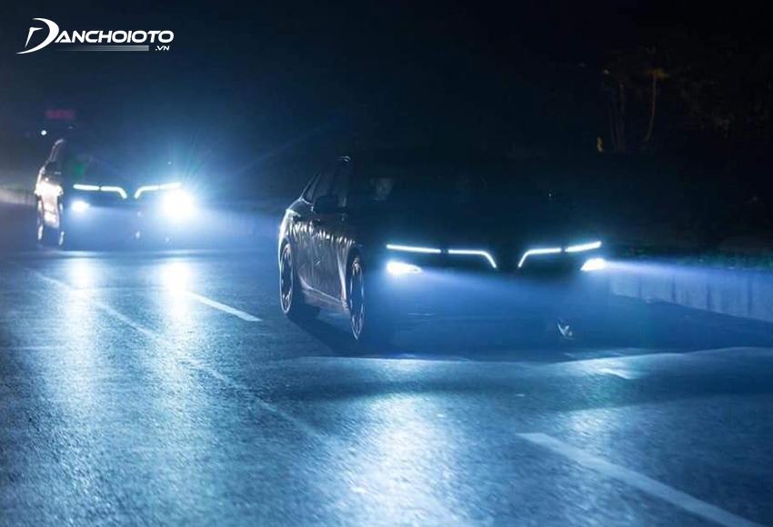 Đèn pha VinFast Lux A2.0 2020 vẫn cung cấp đủ độ sáng trong điều kiện di chuyển bình thường trong phố