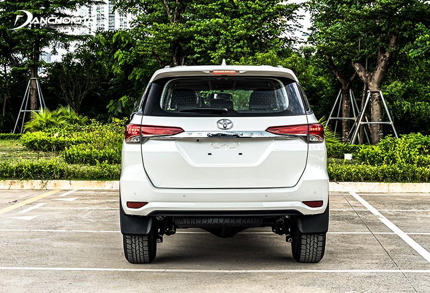 Đuôi xe Toyota Fortuner 2020 bản tiêu chuẩn vẫn duy trì thiết kế như trước
