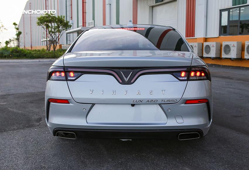 Đuôi xe VinFast Lux A2.0 2020 gây ấn tượng mạnh với dải đèn hậu LED chạy ngang tạo hình chữ V ôm trọn mặt đuôi