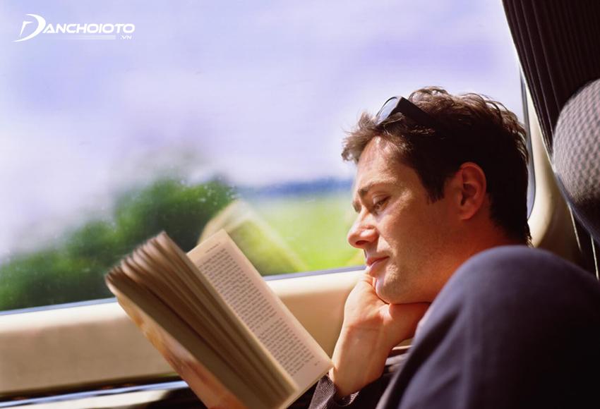 Không nên đọc sách ở nơi thiếu ánh sáng trên tàu xe bị xóc nhiều vì sẽ dễ gây say xe