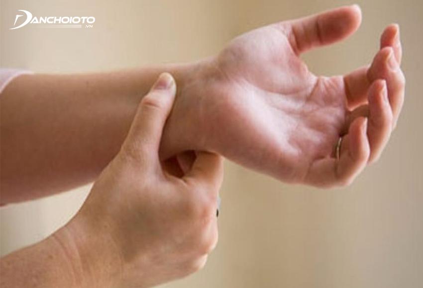Bấm huyệt nội quan và hợp cốc giúp giảm các triệu chứng say tàu xe
