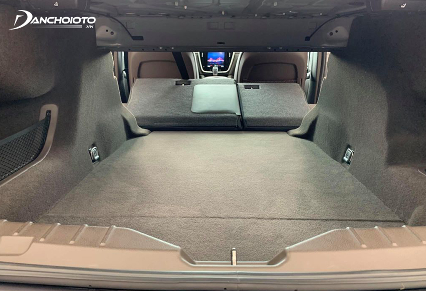 Khoang hành lý VinFast Lux A2.0 2020 rất rộng, hàng ghế sau có thể gập tỷ lệ 6:4 để tăng thêm diện tích