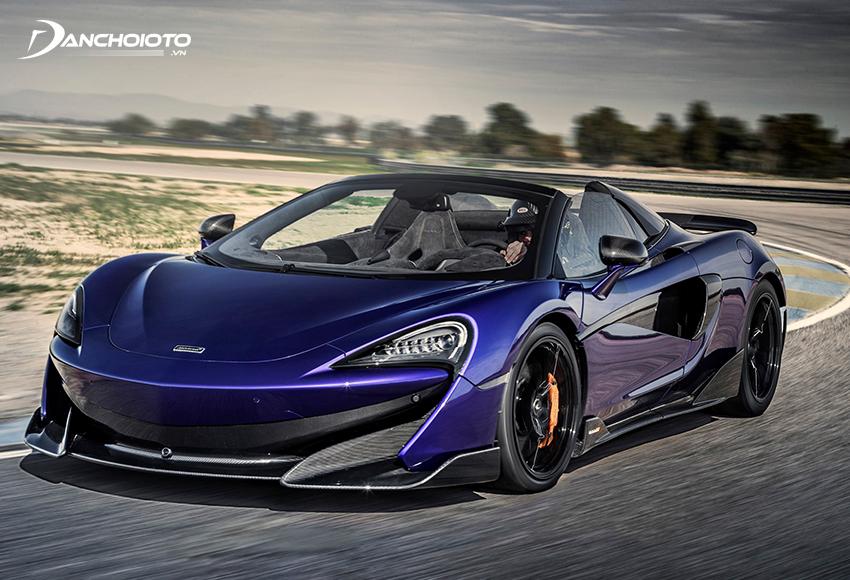 McLaren 600LT Spider có kết cấu mui xe xếp cứng, thời gian đóng mở khoảng 14 – 16 giây