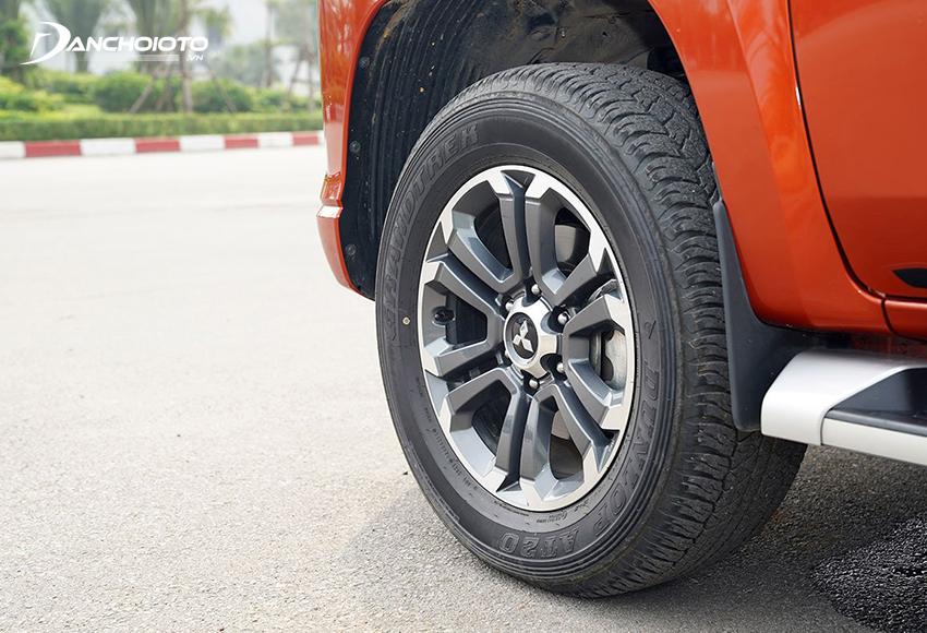 Mitsubishi Triton Premium 2020 dùng lazang 18 inch 6 chấu hoa màu ghi xám