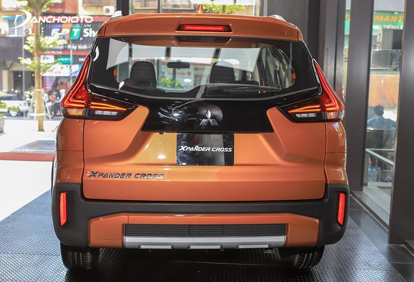 Phần dưới kính hậu Xpander Cross 2020 sơn đen, cản sau cũng bọc nhựa đen, thiết kế khác so với Xpander