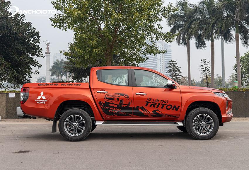 Thân xe Mitsubishi Triton 2020 cho cảm giác thon dài, chất nam tính thể hiện qua vòm bánh xe vuông vức