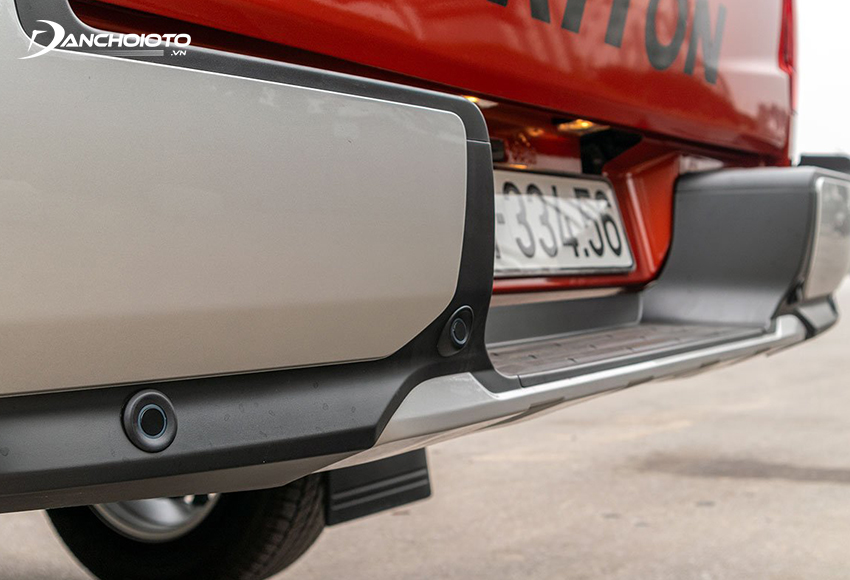 Thùng xe Triton 2020 có bệ bước cản sau mạ bạc mang đến cảm giác bề thế hơn