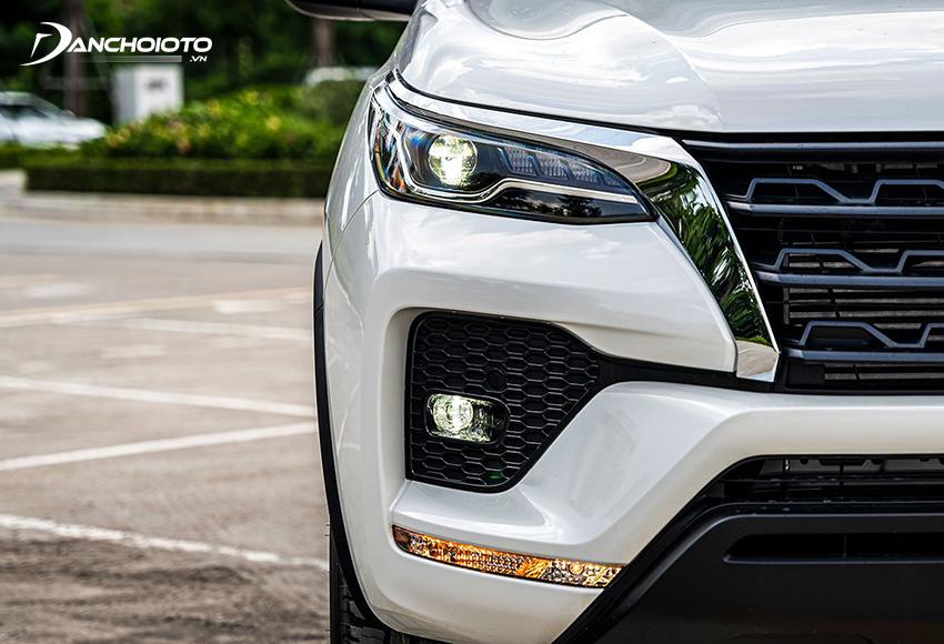 Toyota Fortuner 2020 có đèn sương mù LED và dải đèn xi nhan bố trí thấp bên dưới