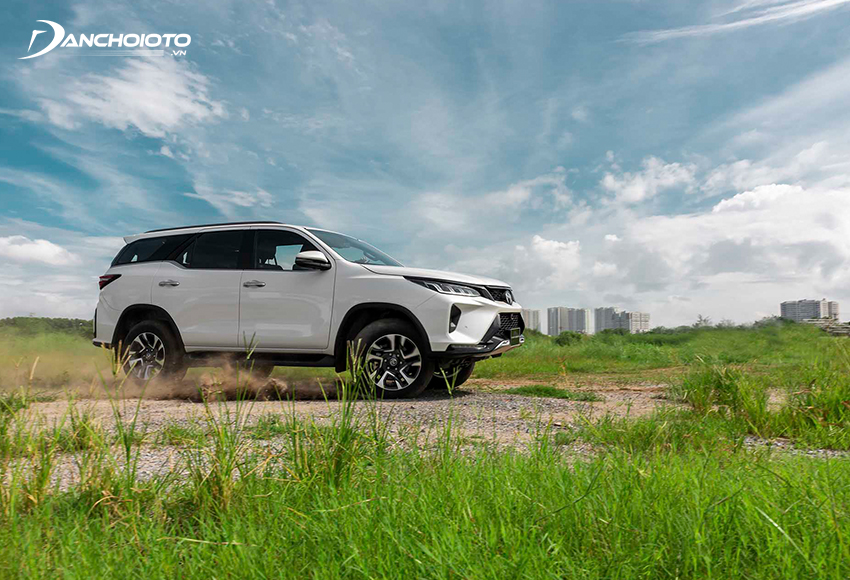 Toyota Fortuner có khung gầm chắc chắn, hệ thống treo khá êm