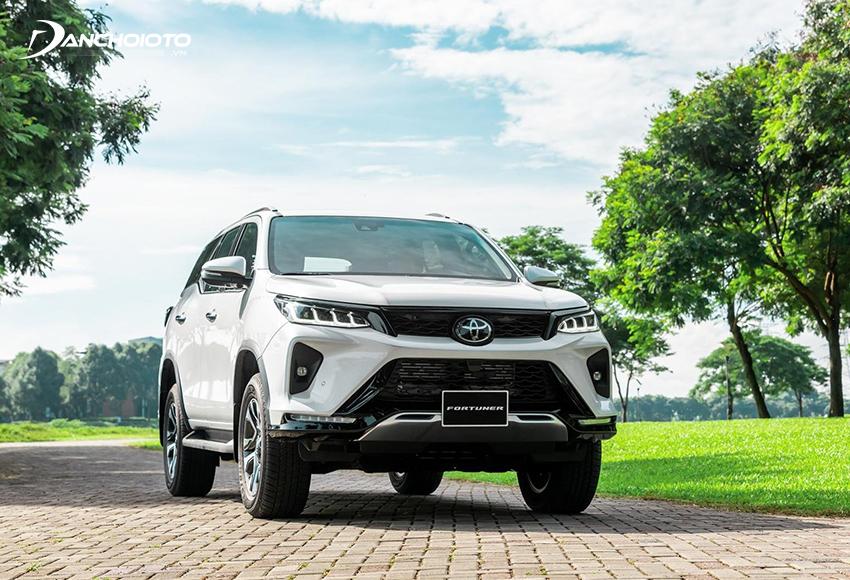 Toyota Fortuner Legender 2020 có lưới tản nhiệt phía trên thu nhỏ còn phần dưới mở rộng hầm hố hơn