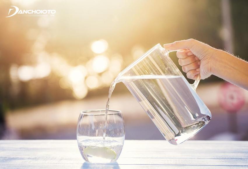 Uống giấm ăn pha với nước ấm là một cách phòng chống say xe khá hiệu quả