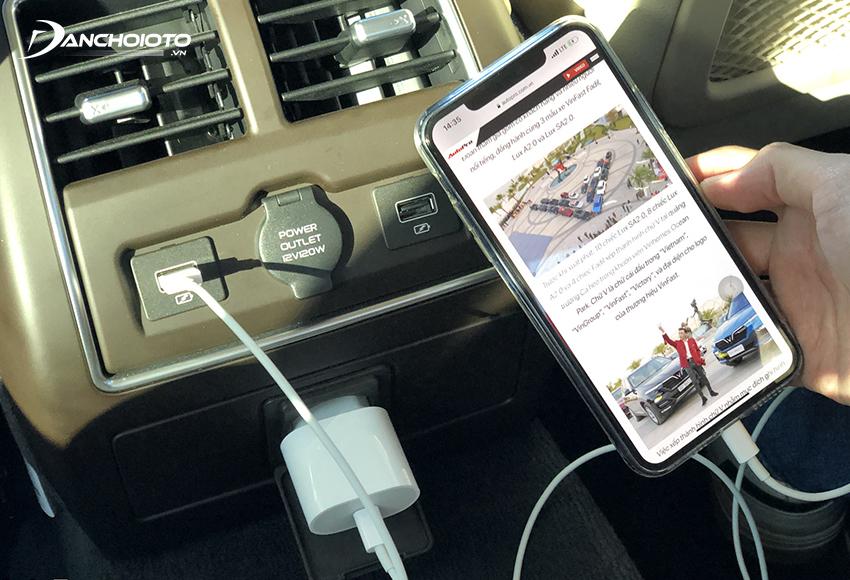 VinFast Lux A2.0 có nguồn điện 230V cho hàng ghế sau