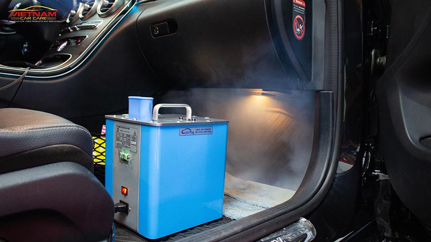 Bên cạnh vệ sinh các bề mặt trong xe ô tô sẽ được diệt khuẩn khử mùi, lọc không khí