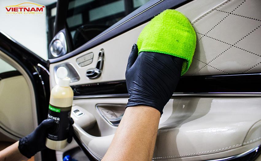 Các bề mặt sẽ được vệ sinh lại lần nữa bằng dung dịch vệ sinh ô tô chuyên dụng