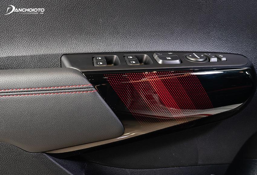 Cửa Kia Morning GT-Line được trang trí ốp nhựa đen phối đỏ