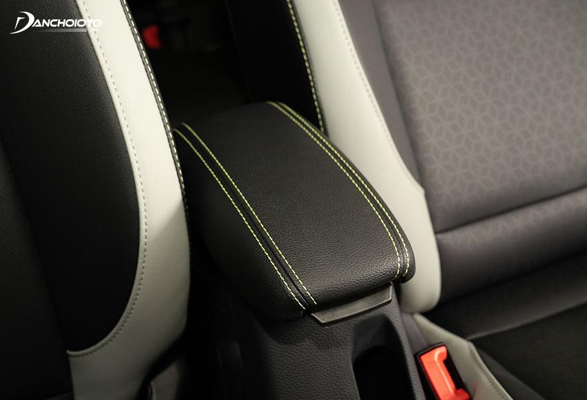 Kia Morning 2021 có bệ để tay trung tâm cho hàng ghế trước