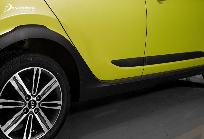 Kia Morning X-Line có vòm bánh xe và cạnh dưới thân xe ốp nhựa đen