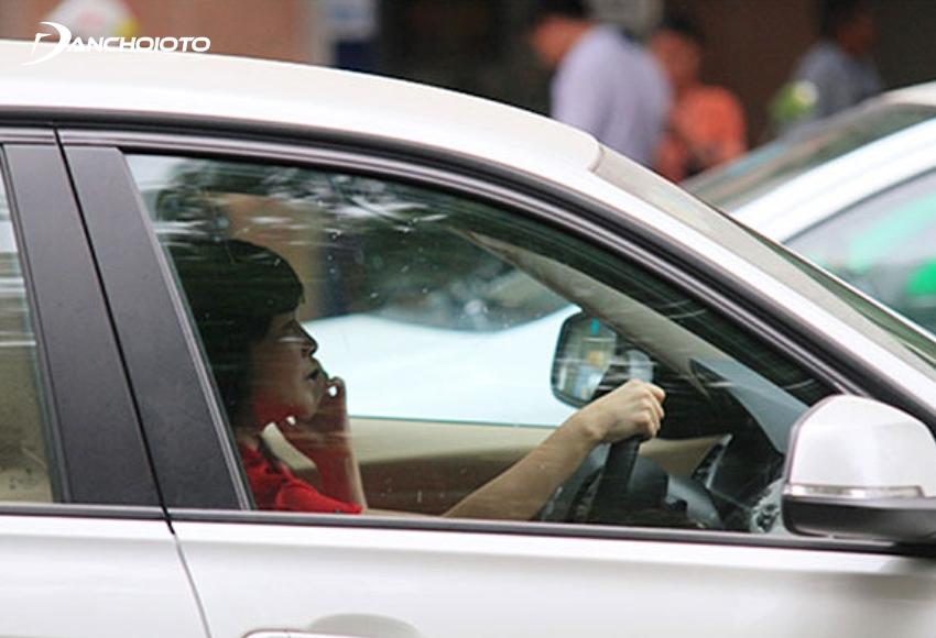 Lỗi dùng tay sử dụng điện thoại di động khi đang điều khiển ô tô bị phạt từ 1.000.000 – 2.000.000 đồng