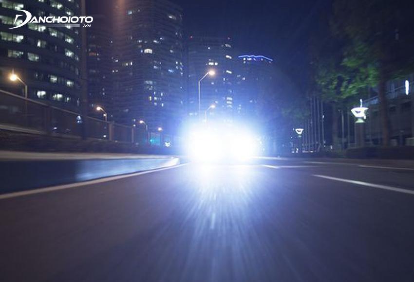 Lỗi ô tô dùng đèn chiếu xa trong khu dân cư bị phạt từ 800.000 – 1.000.000 đồng