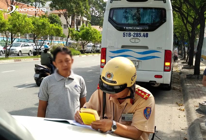 Lỗi ô tô không mang giấy phép lái xe bị phạt từ 200.000 – 400.000 đồng