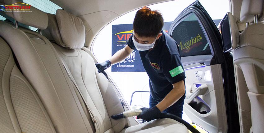 Sử dụng máy hút bụi sẽ giúp loại bỏ được phần bụi bám trên các bề mặt trong nội thất xe