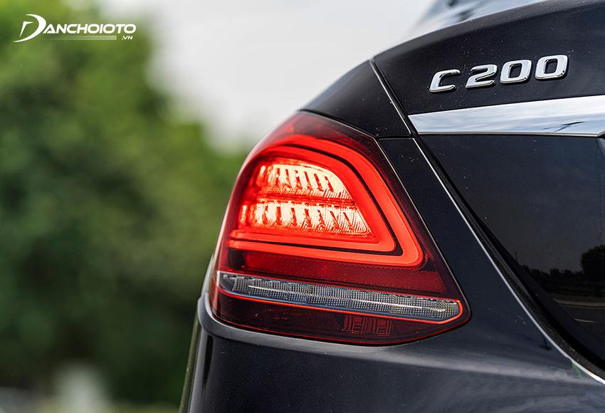Cụm đèn hậu C200 Exclusive được làm mới bằng dải LED chữ C đóng vai trò định vị