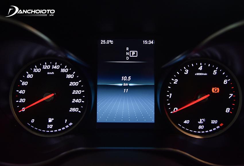 Cụm đồng hồ C180 2020 gồm 2 đồng hồ số và 1 màn hình hiển thị đa thông tin 5,5 inch nằm giữa