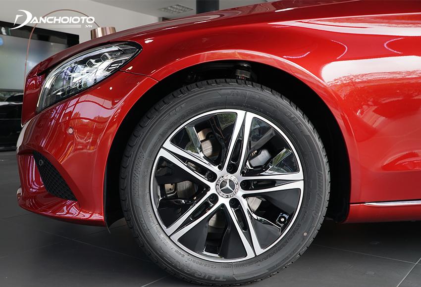 Điểm đổi mới đáng kể nhất ở thân xe Mercedes C180 2020 đó là bộ lazang mới kích thước 17 inch, hoạ tiết 5 chấu kép tạo hình sao 5 cánh