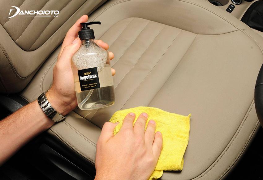 Dung dịch vệ sinh ghế da ô tô là loại dung dịch chuyên dùng để vệ sinh các bề mặt làm da trong ô tô