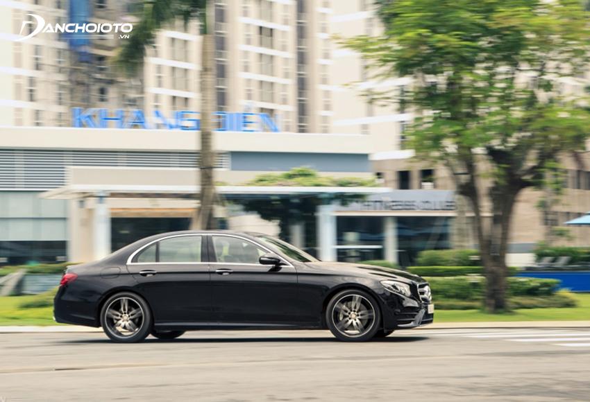 E300 AMG trang bị hệ thống lái Direct-Steer có khả năng tuỳ biến thông minh, phản hồi chính xác