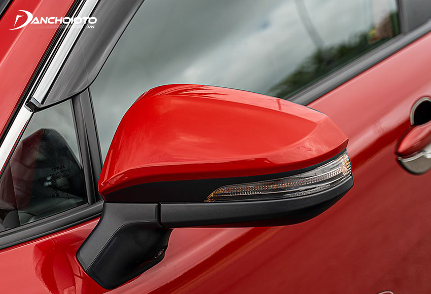 Gương chiếu hậu Toyota Corolla Cross 2020 thiết kế tách rời cột A phối 2 màu, tích hợp đầy đủ các tính năng