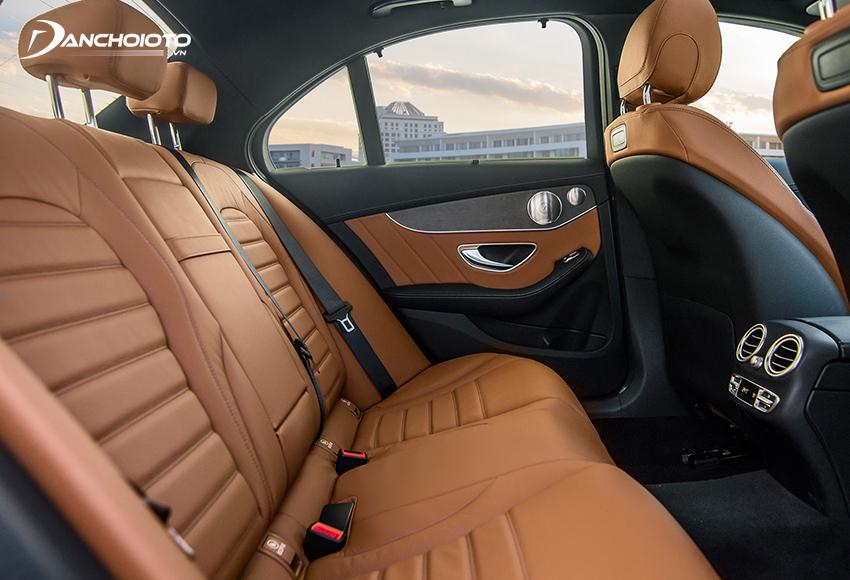 """Hàng ghế sau C300 AMG 2020 chỉ ở mức """"đủ dùng"""""""