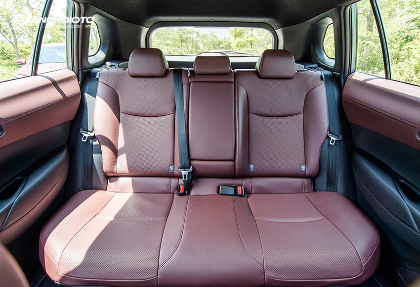 Hàng ghế sau Toyota Corolla Cross có trần thoáng, tựa lưng chỉnh độ ngả, rộng rãi hàng đầu phân khúc