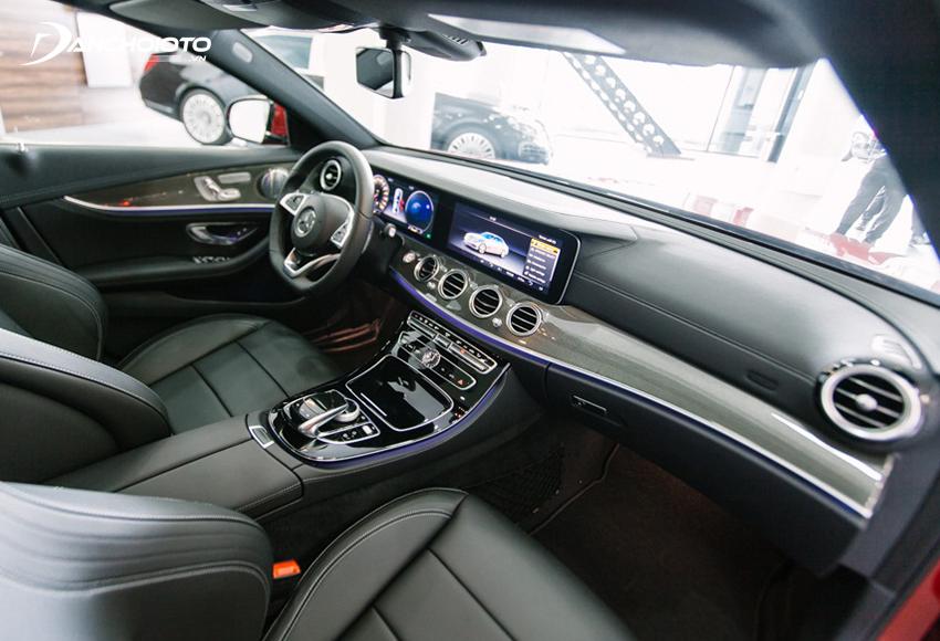 Hàng ghế trước E300 AMG tạo hình ôm thân người, có đệm đỡ 2 bên rất dày và êm, chỉnh điện 10 hướng