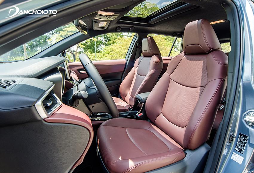 Hàng ghế trước Toyota Corolla Cross phần tựa đầu to bản, tựa lưng tạo khối nâng đỡ tốt, ghế lái chỉnh điện 8 hướng