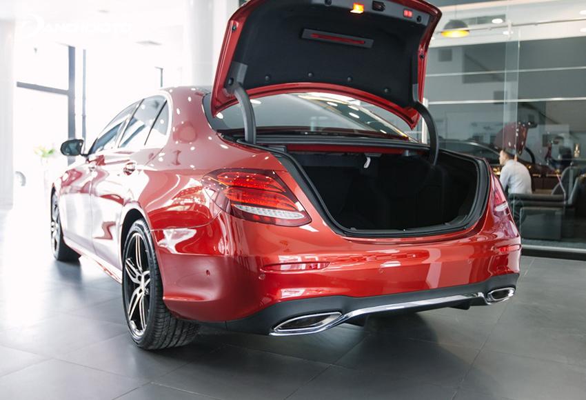 Khoang hành lý Mercedes E300 AMG cũng khá rộng