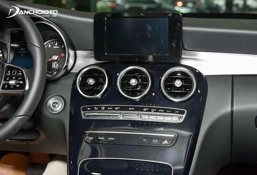 Mercedes C180 2020 vẫn được trang bị màn hình trung tâm 7 inch kiểu cũ
