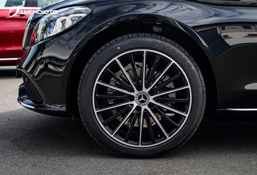 Mercedes C200 Exclusive sử dụng lazang 18 inch đa chấu tăng thêm phần lịch lãm