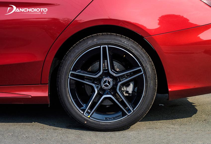 Mercedes C300 AMG 2020 vẫn trang bị bộ lazang sao 5 cánh 18 inch