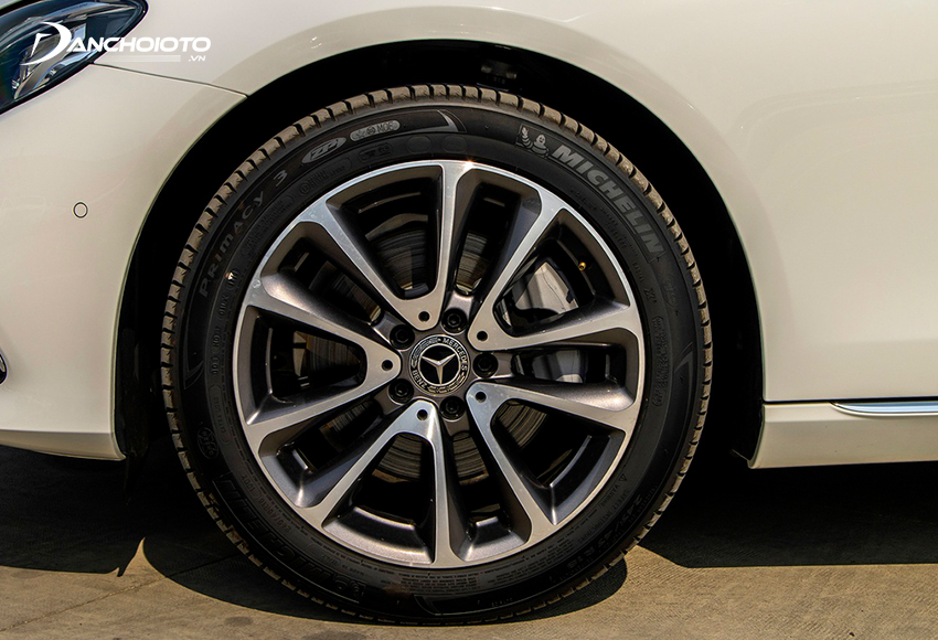 Mercedes E200 Exclusive 2020 trang bị bộ lazang hoàn toàn mới kích thước 18 inch, 5 chấu kép tạo hình chữ V