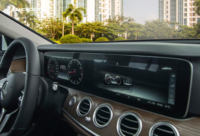 Mercedes E200 Exclusive 2020 trang bị màn hình giải trí 10.2 inch bố trí liền mạch với màn hình đồng hồ sau vô lăng