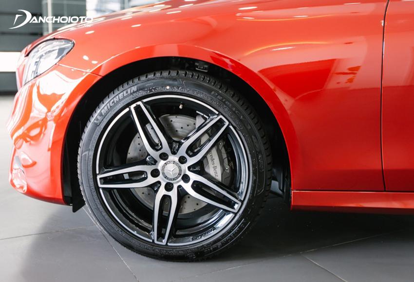 Mercedes E300 AMG 2020 được trang bị bộ lazang 19 inch 5 chấu kép