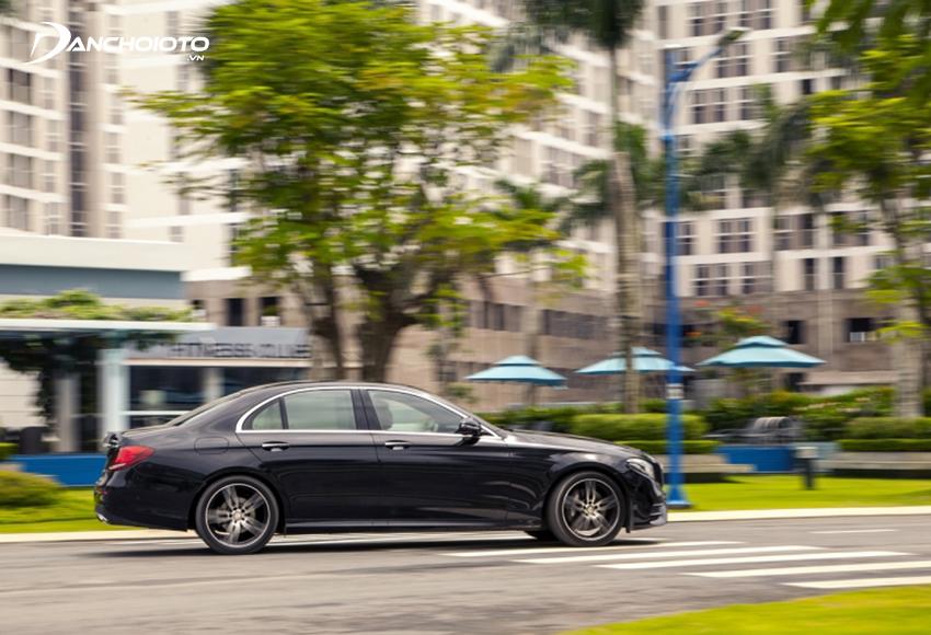 Mercedes E300 AMG được trang bị cửa hít đạt được khả năng cách âm môi trường tốt