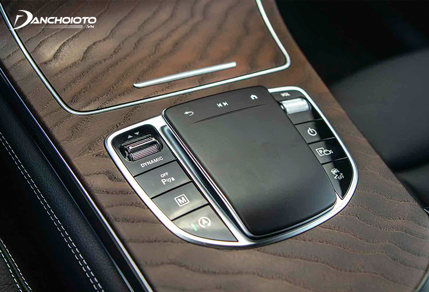 Mercedes GLC 200 2020 cũng trang bị Touchpad thế hệ mới