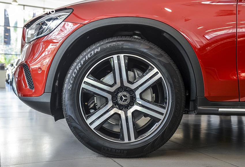 Mercedes GLC 200 4MATIC sử dụng lazang hợp kim 19 inch 6 chấu đơn