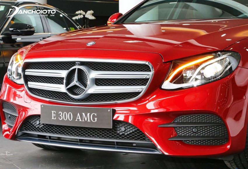 Phần lưới cản trước Mercedes E300 AMG tách thành 3 khoang