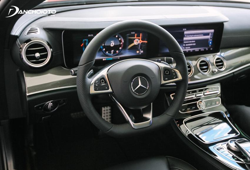 Vô lăng E300 AMG 2020 đậm chất thể thao với kiểu vát đáy, bọc da Nappa, phím cảm ứng