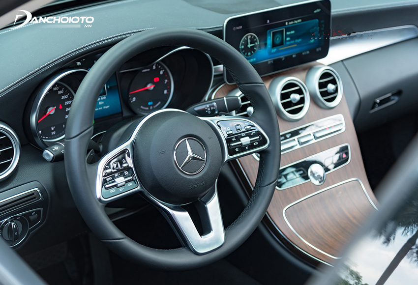 Vô lăng Mercedes C200 Exclusive 2020 thiết kế 3 chấu, trang bị phím cảm ứng hiện đại
