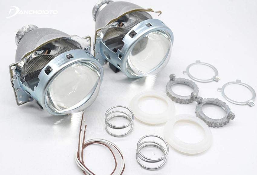 Bi Xenon có sẵn choá mini phía sau, tim đèn Xenon, thấu kính Projector phía trước và một bộ chuyển đổ pha/cos